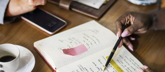 Image d'étudiants planifiant un projet